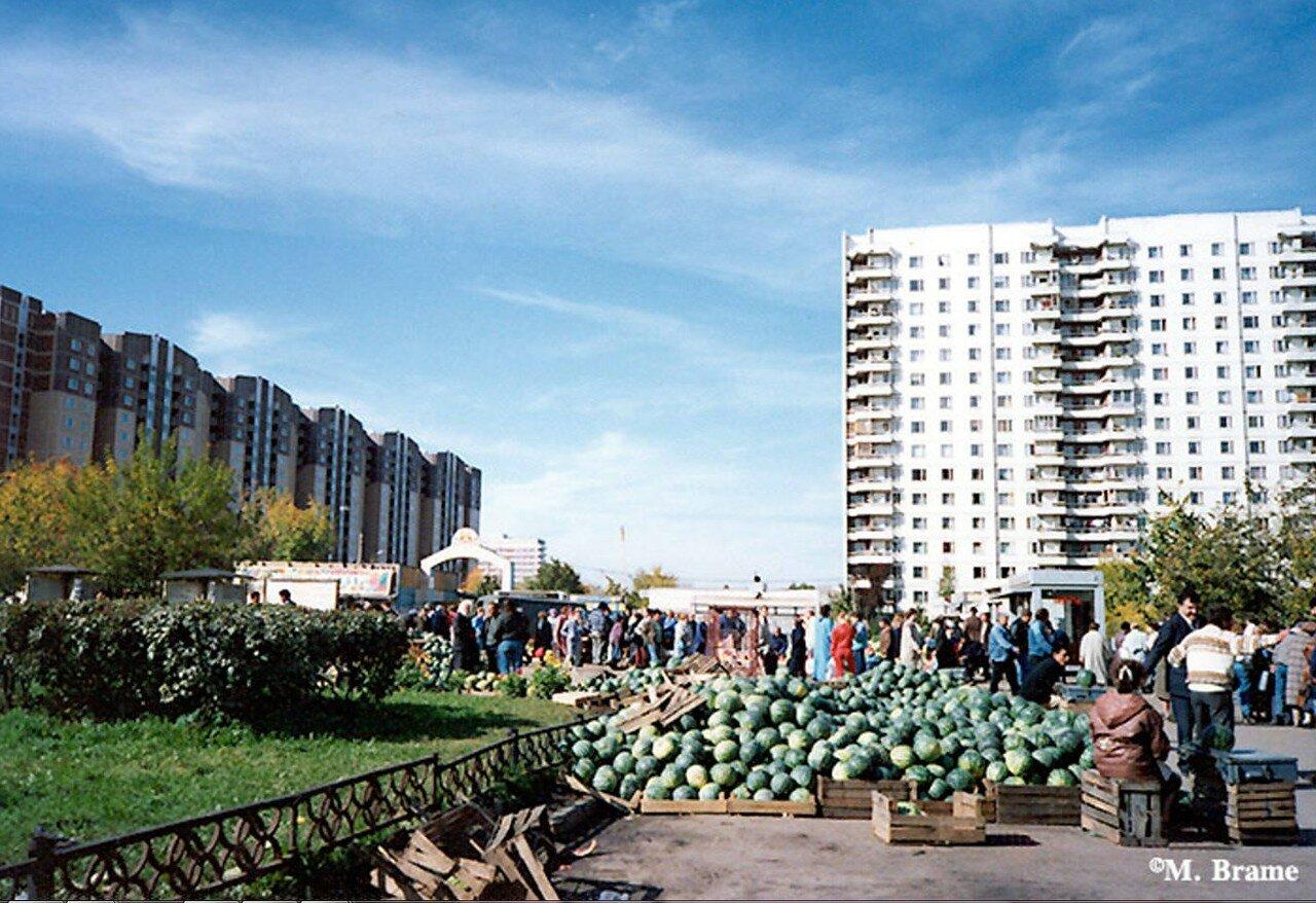 Продажа арбузов в жилом районе Москвы