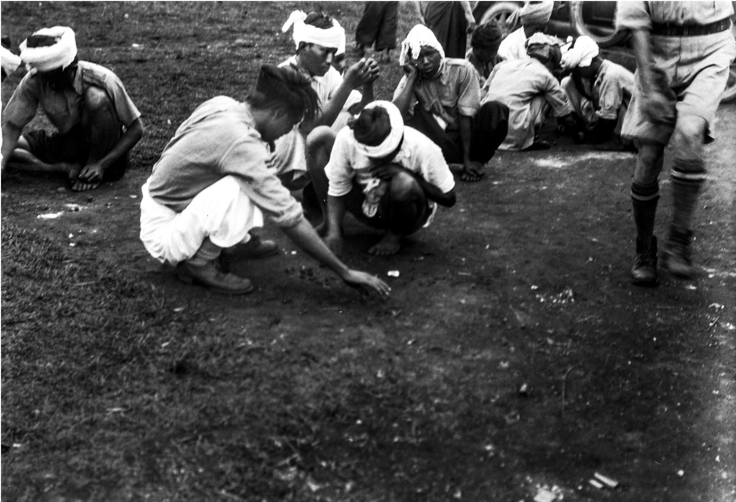 1110. Солдаты  народности качин за игрой