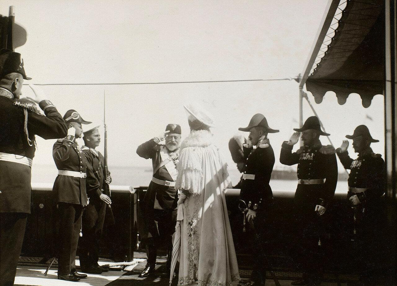 17. Король Эдуард VII приветствует Александру Федоровну