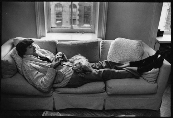 Курт Воннегут витает в горних сверах лежа на диване в глубокой писательской медитации