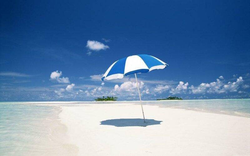 Обои картинки фото песок, берег, облака, море, зонт.
