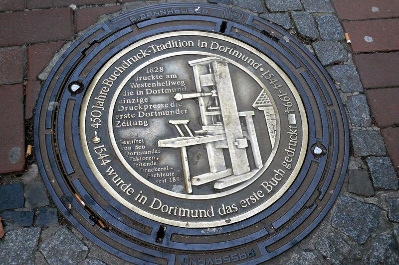 """Люк из...Дортмунда (Германия). А вот на такой """"памятной"""" крышке люка я прочел, что 450 лет назад в городе была напечатана первая Книга и в 1828 году первая дортмундская газета."""