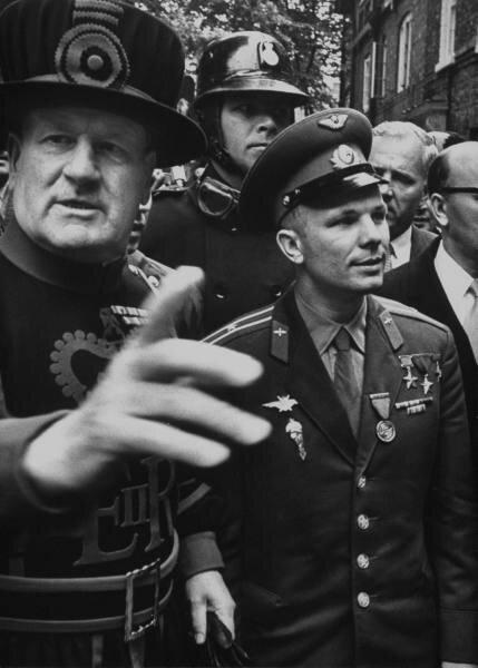 Юрий Гагарин во время визита в Лондон на советской выставке  11 июля 1961.