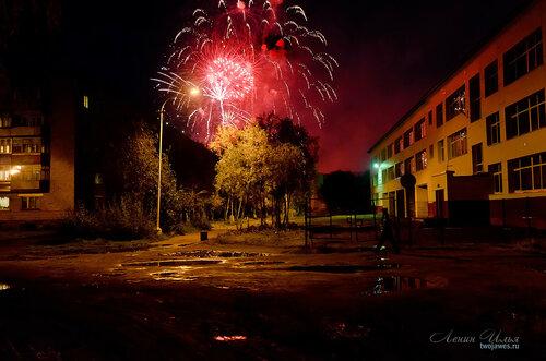 Фото города Инта №8120  Салют в честь празднования Дня шахтера (Мира 33 и Куратова 32 школа №8) 30.08.2015_20:34