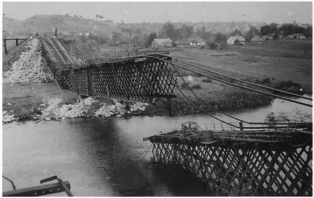 Разрушенный железнодорожный мост в г. Гнивань, июль 1941-го