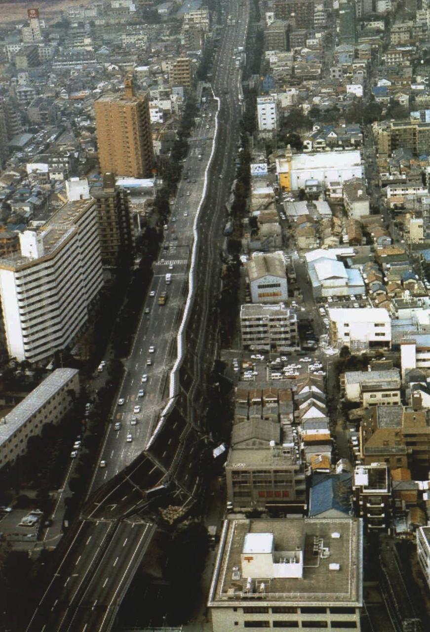 Часть рухнувшего скоростного шоссе Хансин после Великого хансинского землетрясения (или Землетрясени