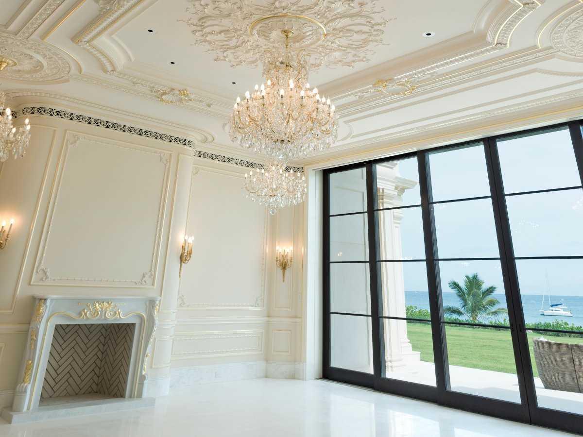 8. В фойе находится салон с огромными окнами, выходящими на Атлантический океан. Не все люстры новые
