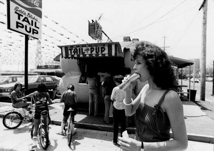 Сигурни Уивер с наслаждением поедает хот-дог, 1983 год.