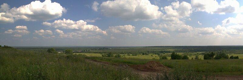 Панорама полей и неба с облаками недалеко от Чирков с вершины холма