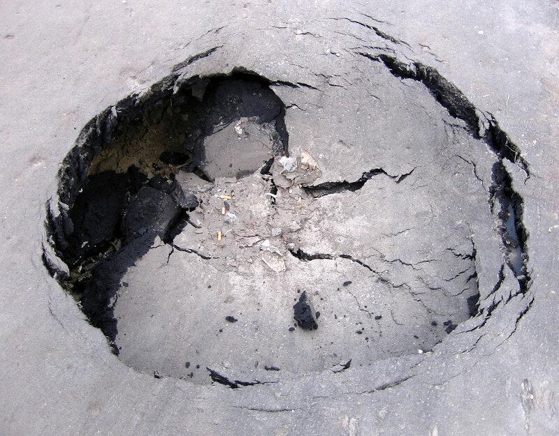 дыра в асфальте