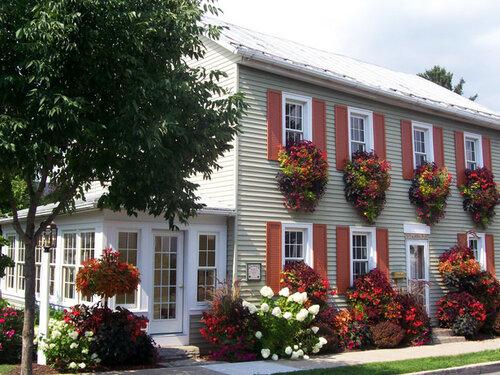 дизайн фасада здания цветы под окнами