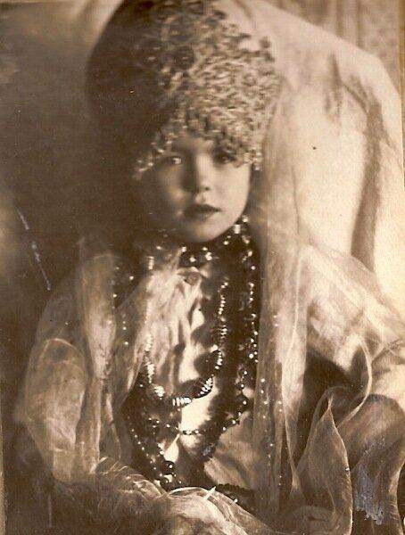 Девочка в кокошникег.Юрьевец, Ивановская обл. Фото А.В.Цареградского., 1926-1927