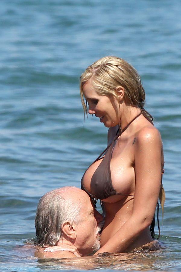 Парень трахает девушку в возрасте на пляже