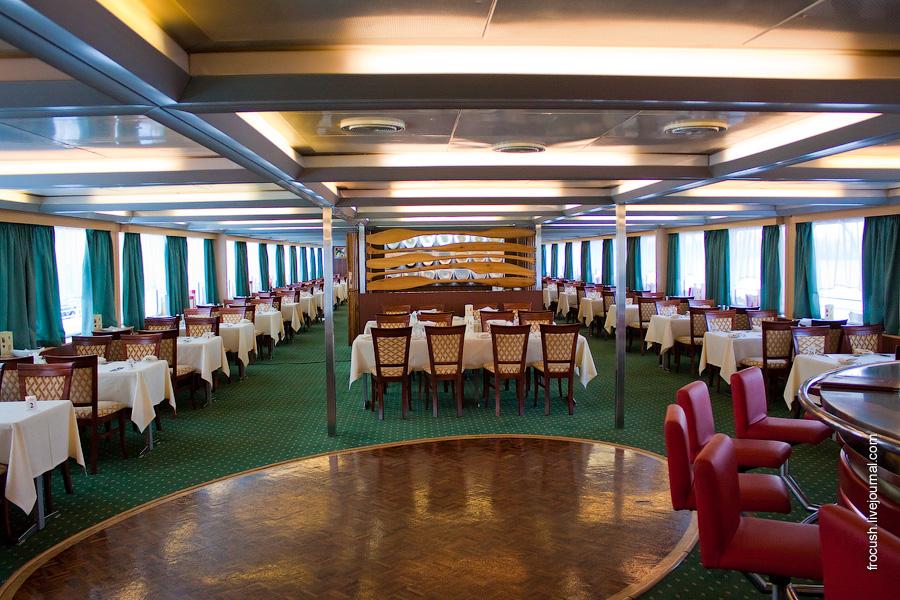 Ресторан в кормовой части шлюпочной палубы теплохода «Александр Пушкин»
