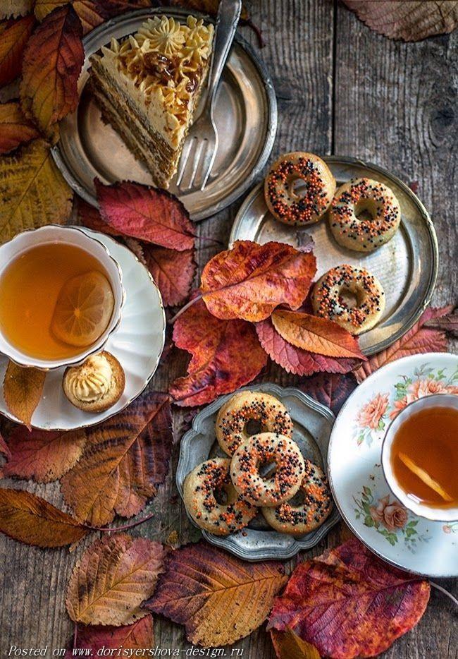 стол, чайные чашки, торт, осенние листья