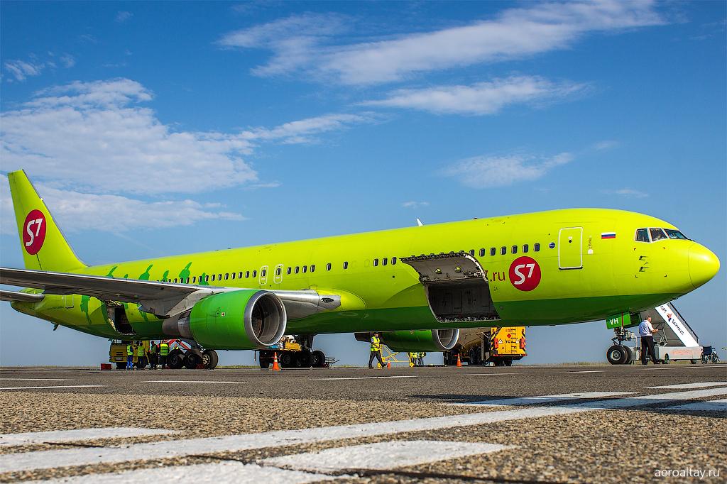 Боинг 767 компании S7 в аэропорту Барнаула