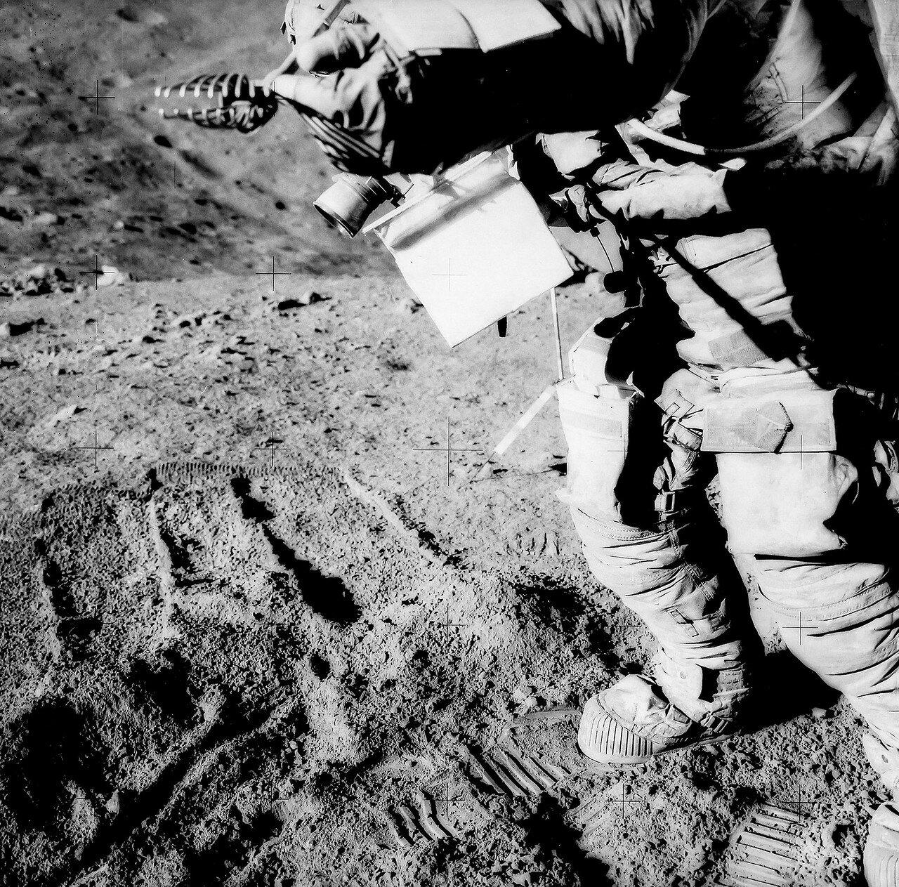 Вернувшись к лунному модулю, астронавты загрузили собранные образцы породы и кассеты с отснятой фотоплёнкой в контейнеры и, насколько это было возможно, щёткой почистили друг друга от лунной пыли. На снимке: Дэвид Скотт, покрытый лунной пылью