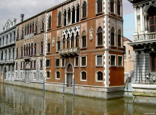 По макетной Венеции.