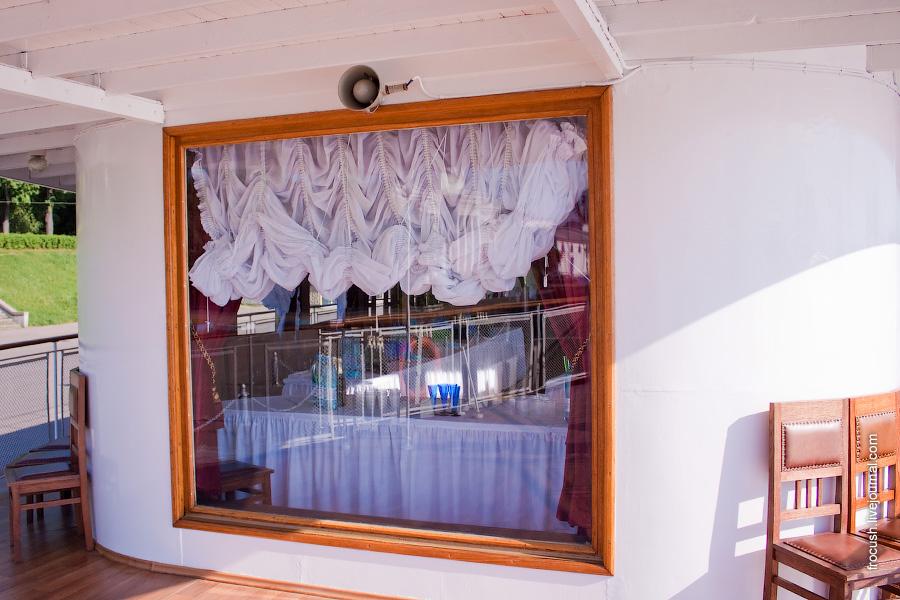 Обзорное окно в носовой части второй палубы ретро-теплохода «Максим Горький»