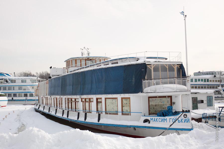 Ретро-теплоход «Максим Горький» в Хлебниковском затоне 28 февраля 2010 года