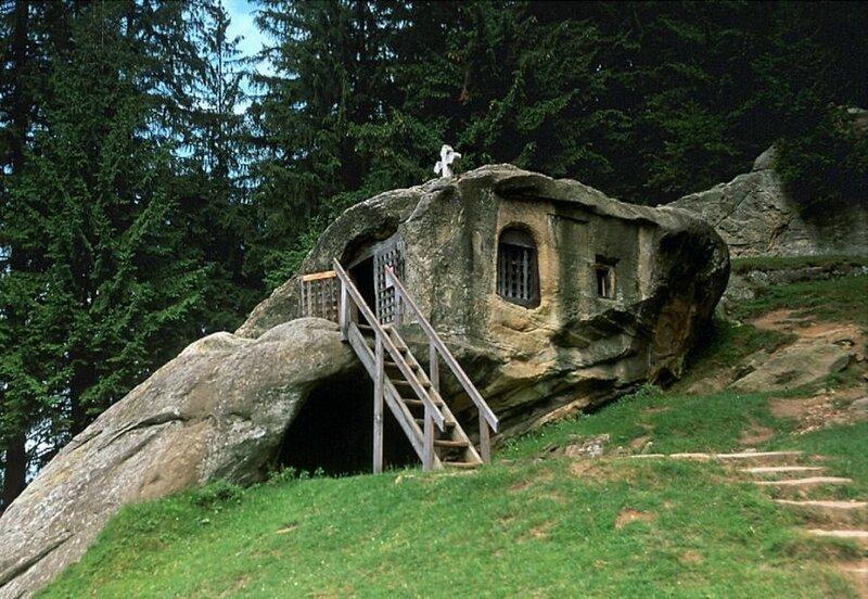 церковь выдолбленная в камне