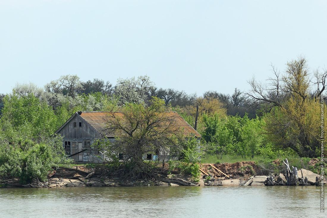 ржавый налет на крышах домов в дельте Волги