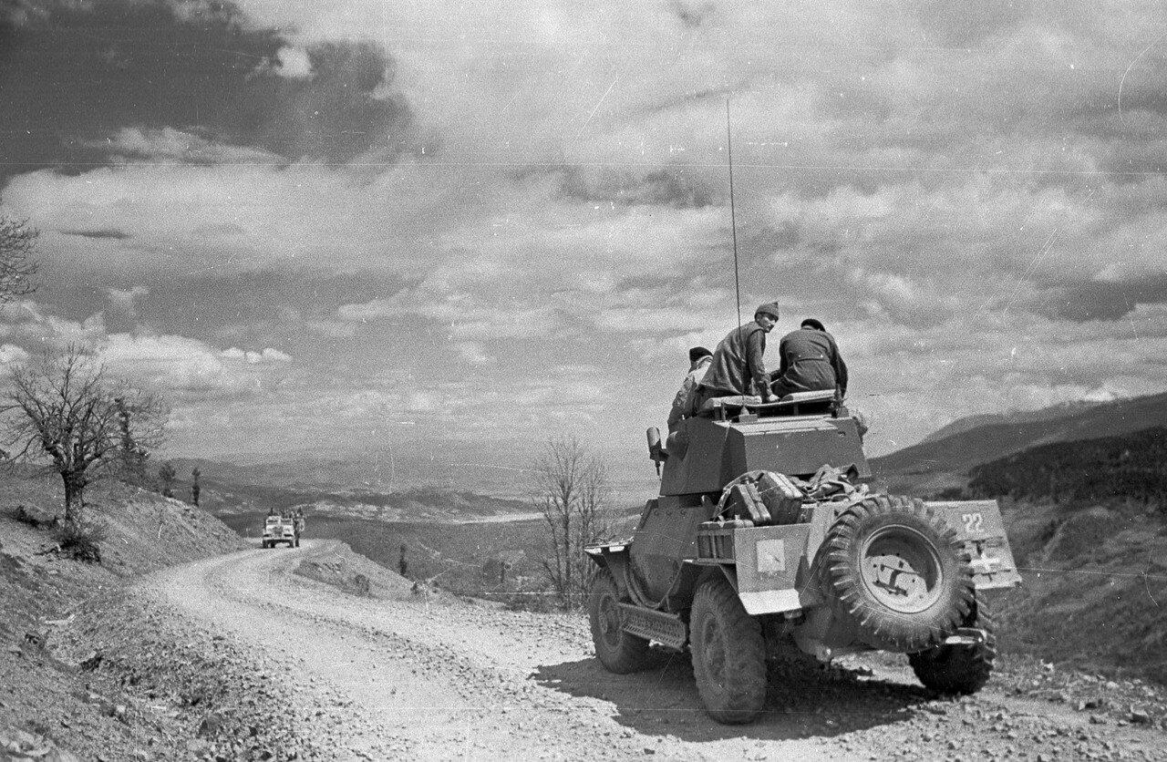 1948. Правительственные солдаты контролируют местность