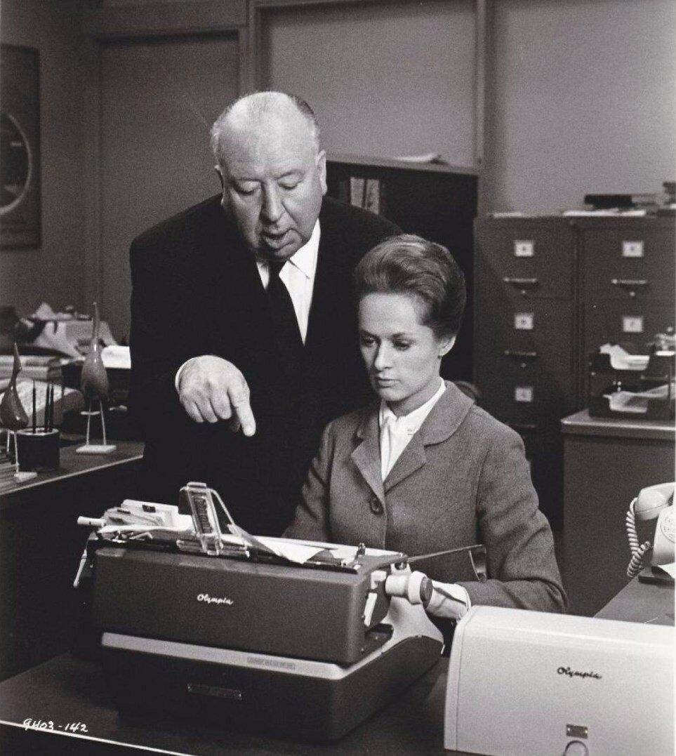 1963. Типпи Хедрен и Альфред Хичкок на съемочной площадке фильма «Марни»