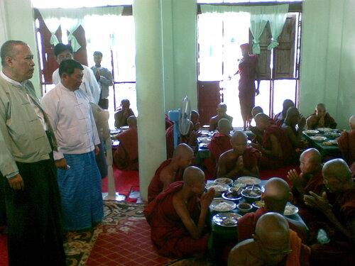 Министр и молящиеся монахи