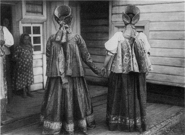 Девушки в праздничных костюмах. Архангельская губ. Фотография 1910 г.