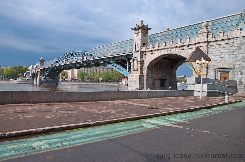 Зимний парк и каменный мост