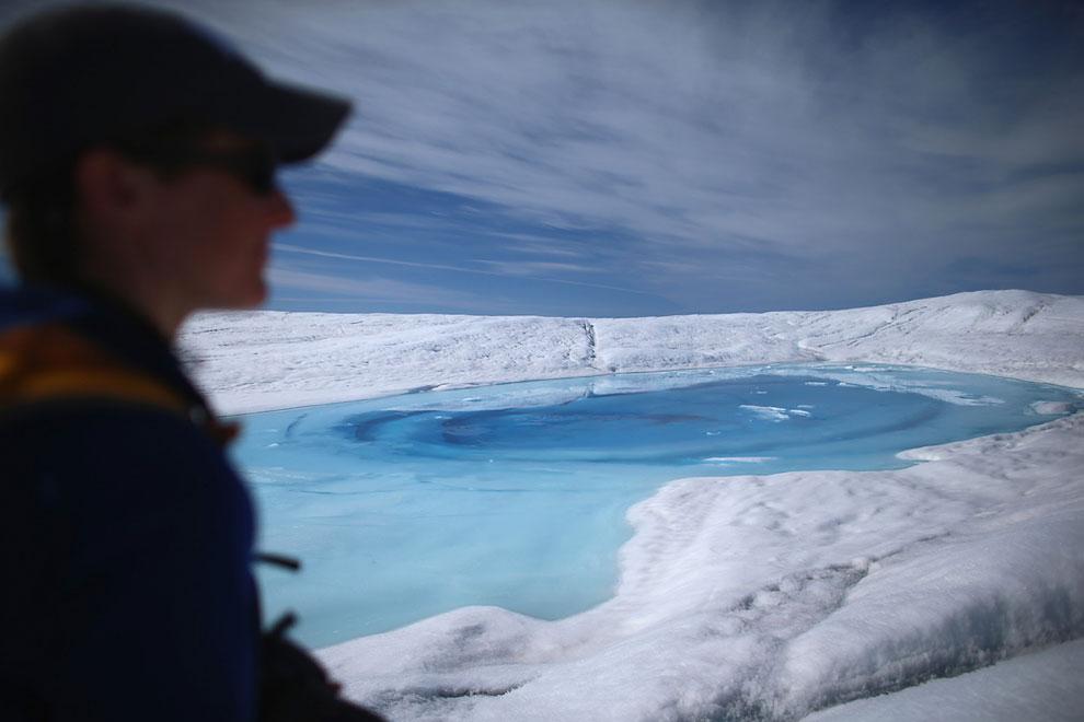 Вдохновляющие виды из окна жилого дома на айсберги. Гренландия, 20 июля 2013. (Фото Joe Raedle | Get