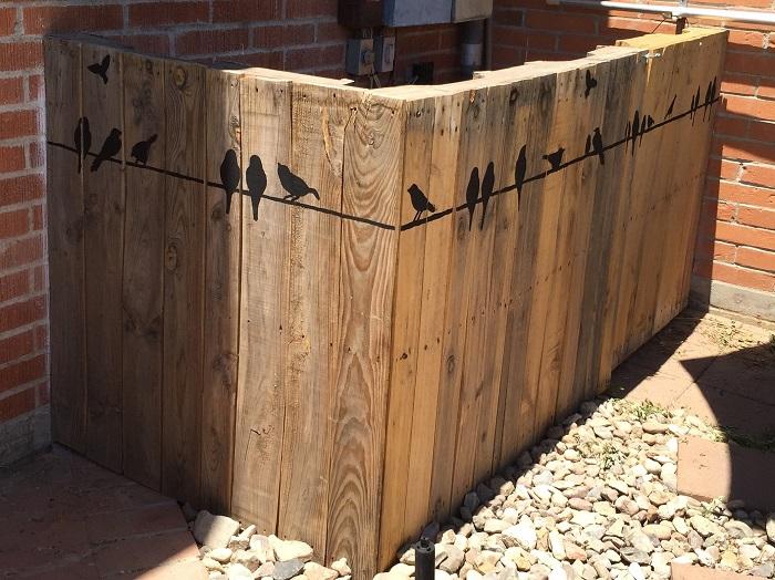 Идея просто чумовая! Хозяин этого участка сделал в деревянном заборе небольшие отверстия, куда помес
