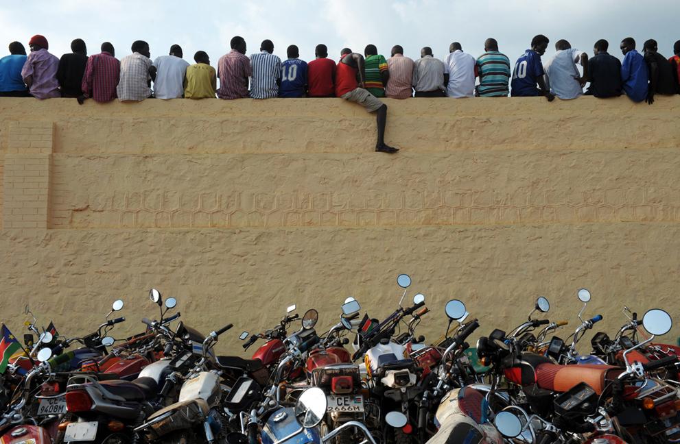 33. Жители Южного Судана на стене стадиона во время матча против футбольного клуба Кении. (Roberto S