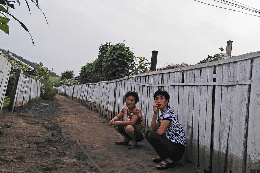 3. Женщины отдыхают в переулке в Туманганге