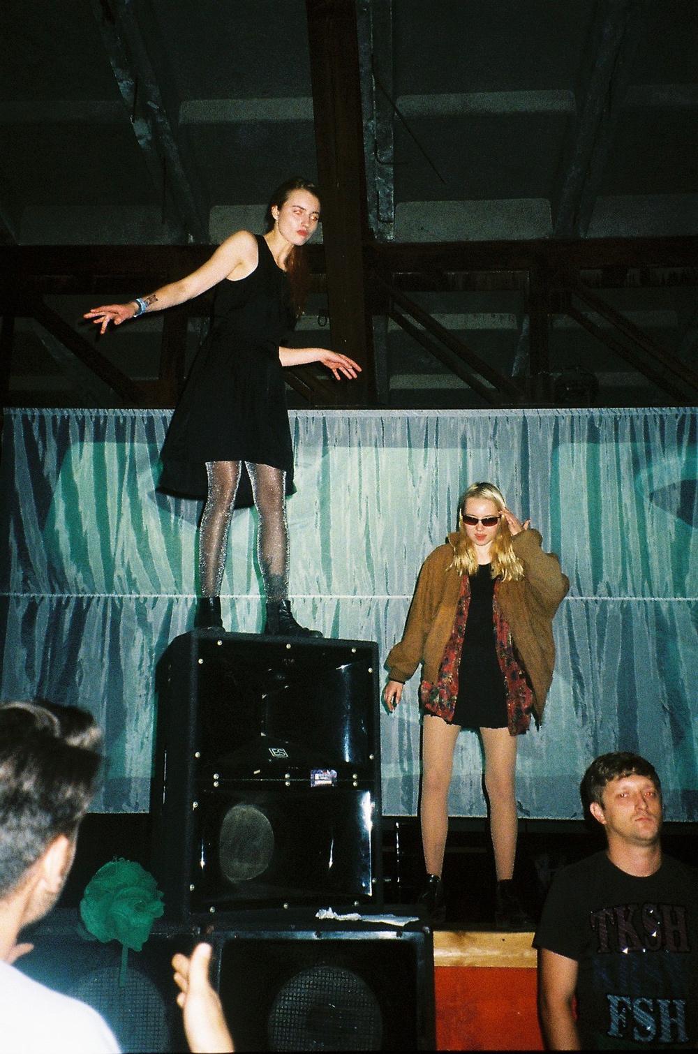 Одежда на этих рейв-тусовках как будто вдохновлена стилем 90-х. Возможно, это связано с тем, что бол