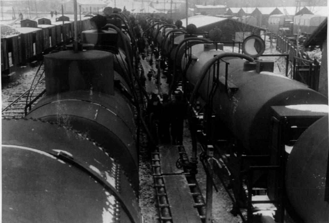 1940. 07.02. Немецкие и советские нефтяные цистерны на товарной станции Перемышль. Происходит перекачка нефти
