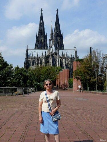 Köln.17-8-09. На фоне Кёльнского собора.