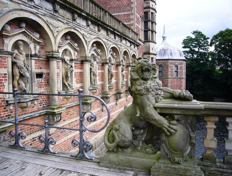 Перед входными воротами в замок Frederiksborg.