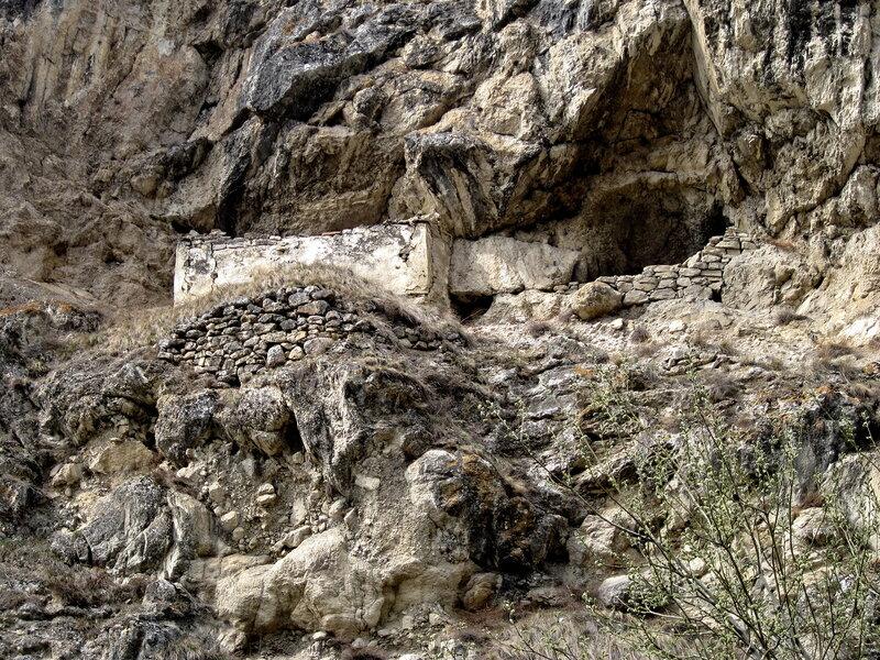 остатки древних наскальных сооружений