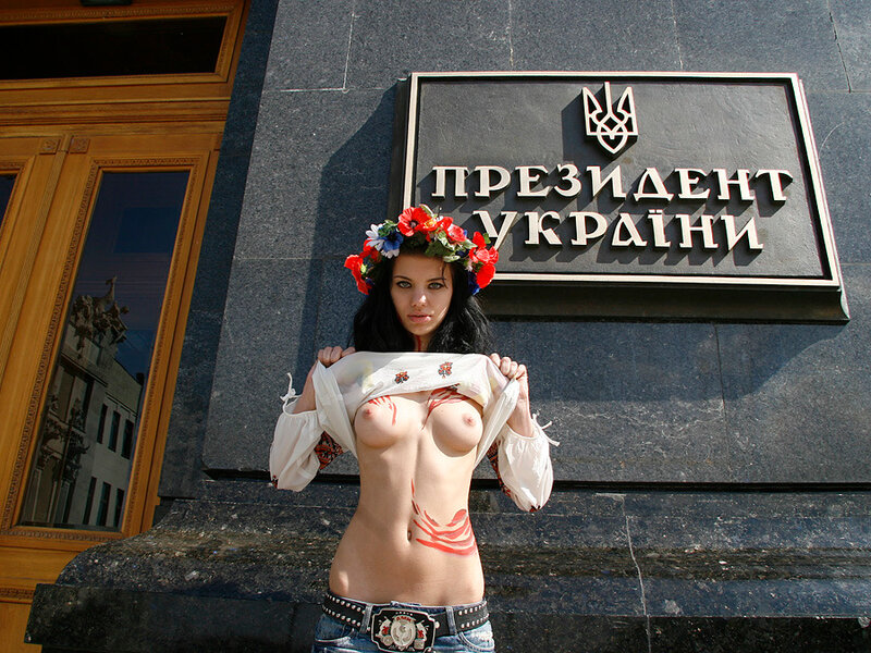 Украинка показывает сиськи