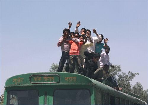 На крыше автобуса..