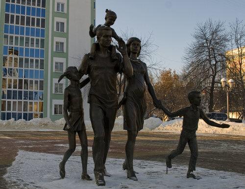 2010. Памятник семье.