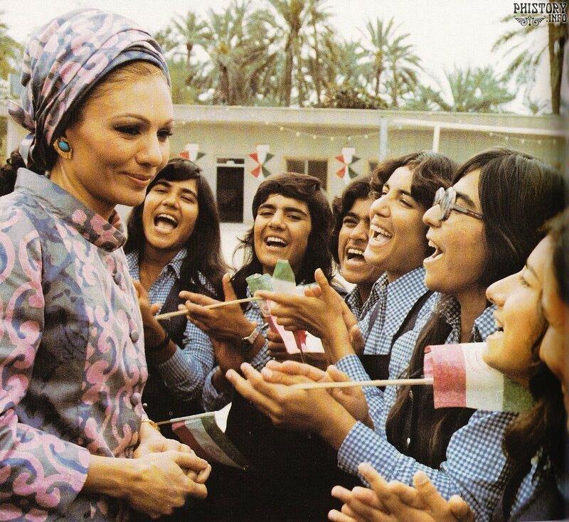 1975 Шахиня во время посещения средней школы в провинции Керман.jpg