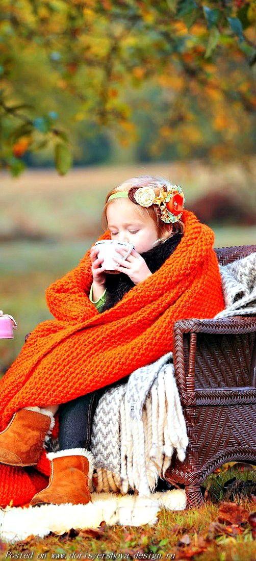 девочка пьет чай на природе, осень, пледы