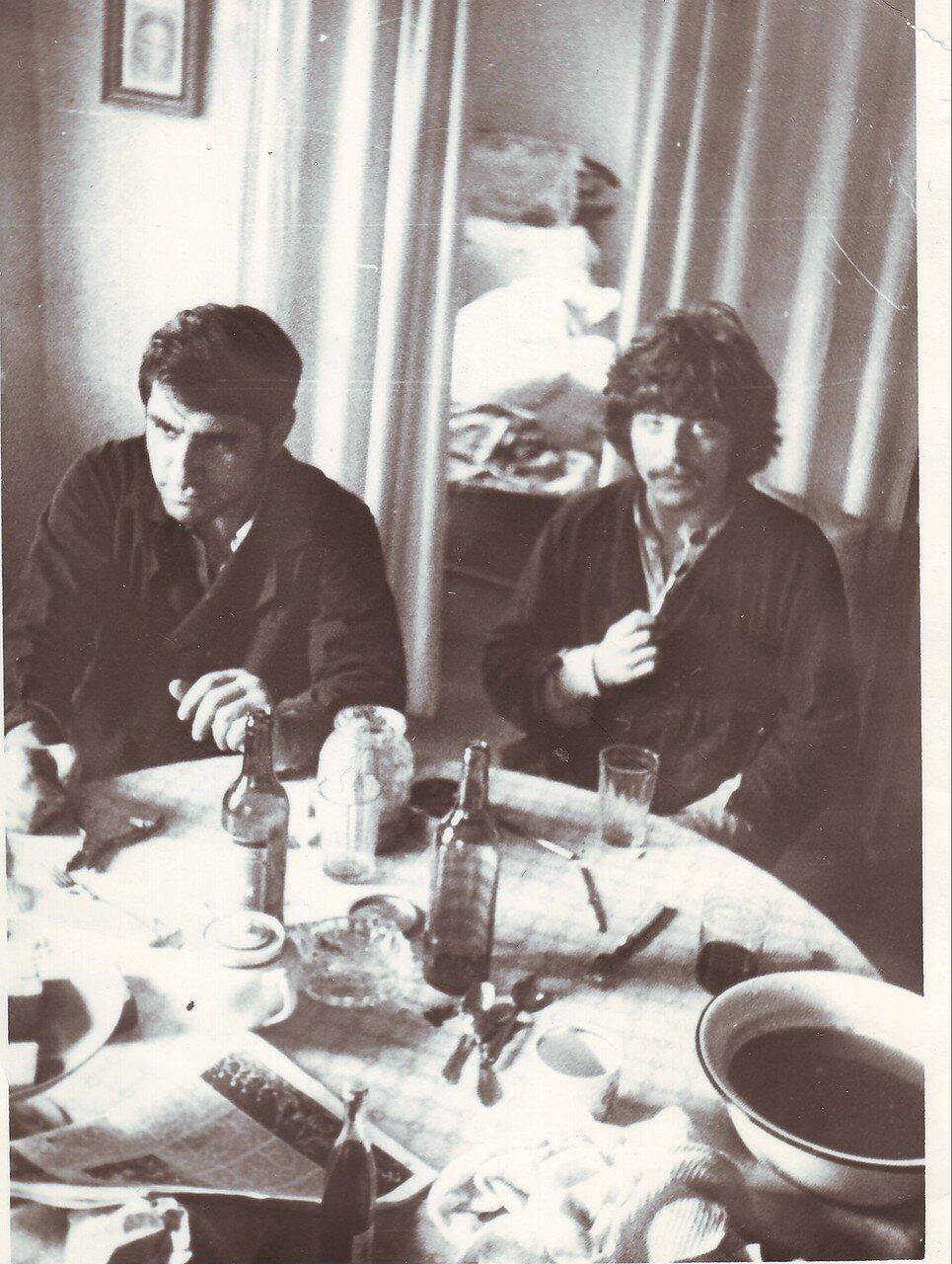 Arhangelsk 1974, posle poshara s Viktorom Avedovym.JPG