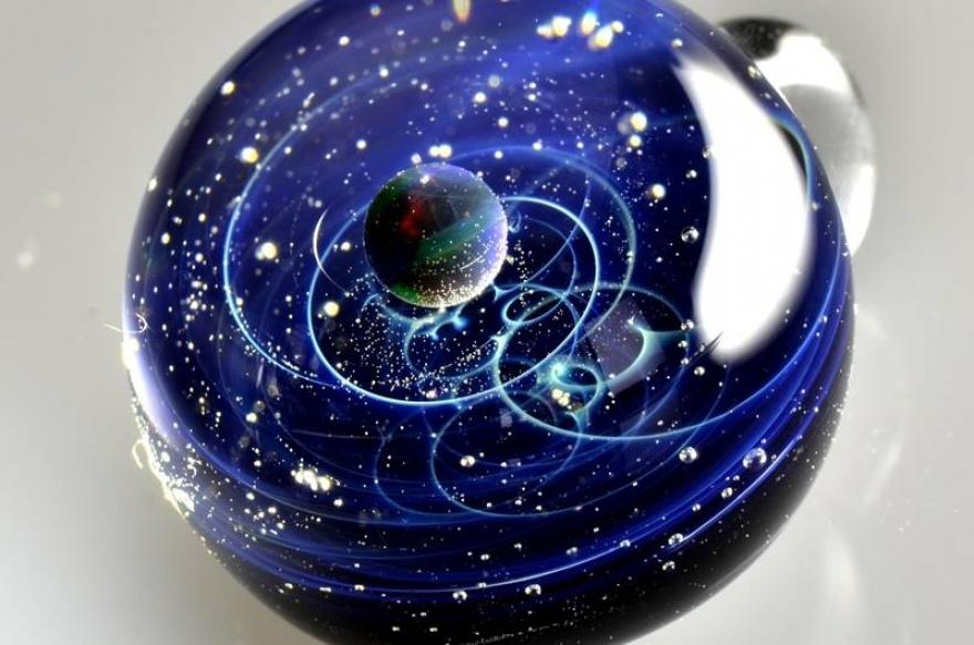 Огромная вселенная внутри миниатюрного стеклянного шара