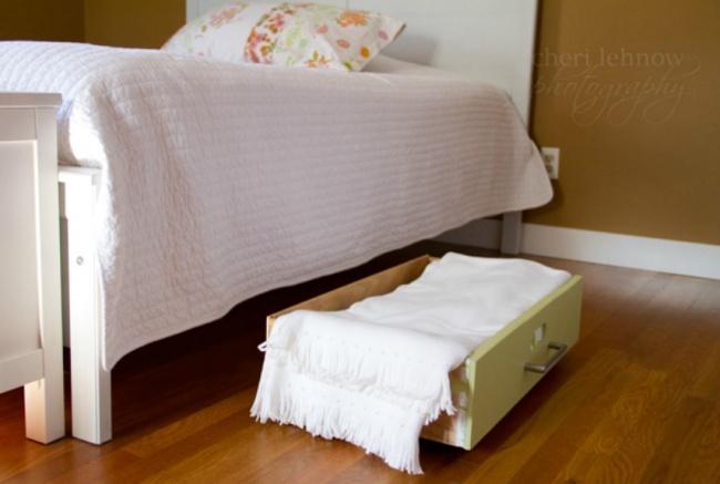 Ящики отстарой мебели могут еще послужить вам: сложите вних постельные принадлежности иуберите по