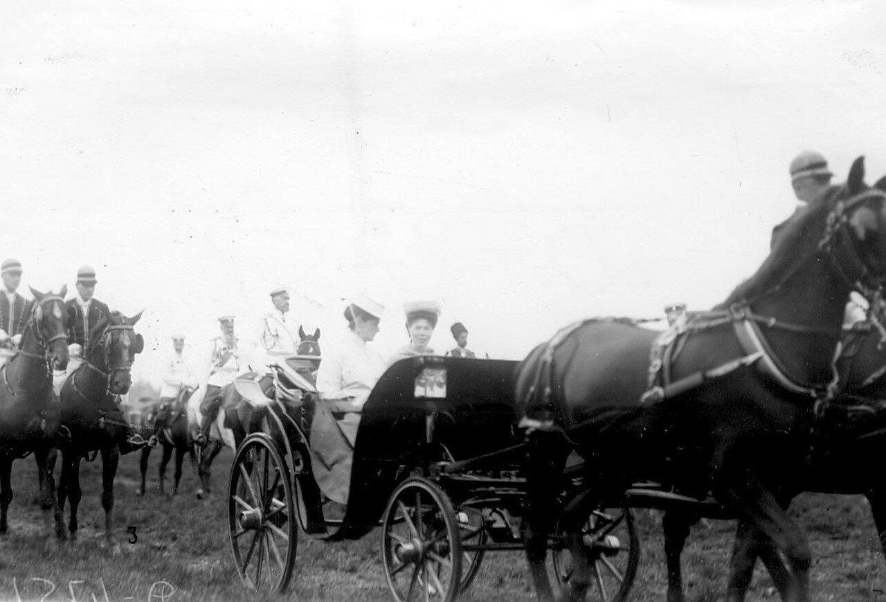 11. Члены императорской фамилии на поле по окончании смотра. 1907
