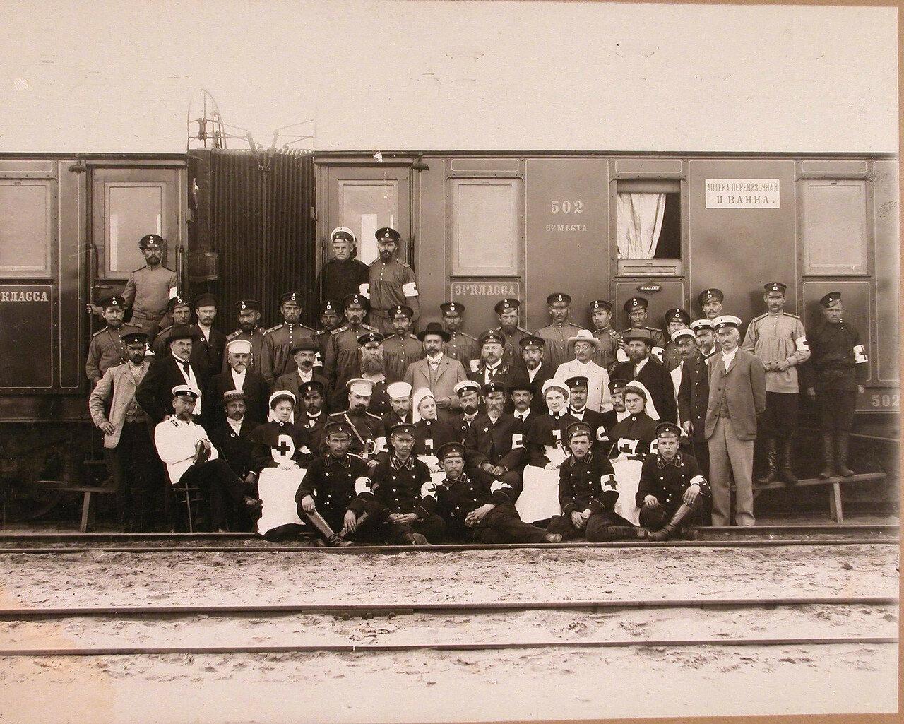 01. Группа медицинского и обслуживающего персонала поезда у вагона